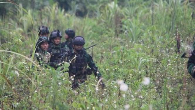 VIVA Militer: Prajurit Satgas Yonif Raider 100/PS menembus pedalaman Papua.