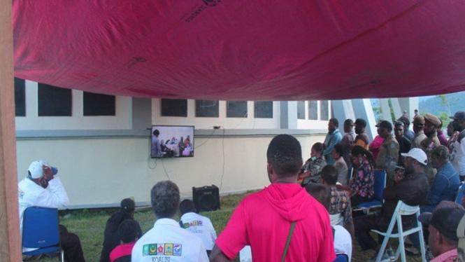 Pendukung saksikan calonnya debat Pilkada Yalimo di layar kaca (antara)