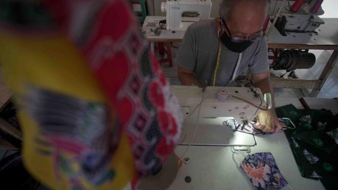 Produksi Masker Kain Motif Batik