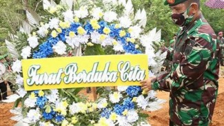 VIVA Militer: Seorang prajurit TNI dalam prosesi pemakaman militer (ilustrasi).
