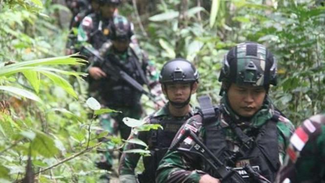 VIVA Militer: Pasukan Yonif Raider 100/PS di hutan Papua.