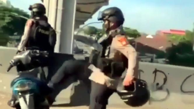 Polisi tendang motor Yamaha Mio