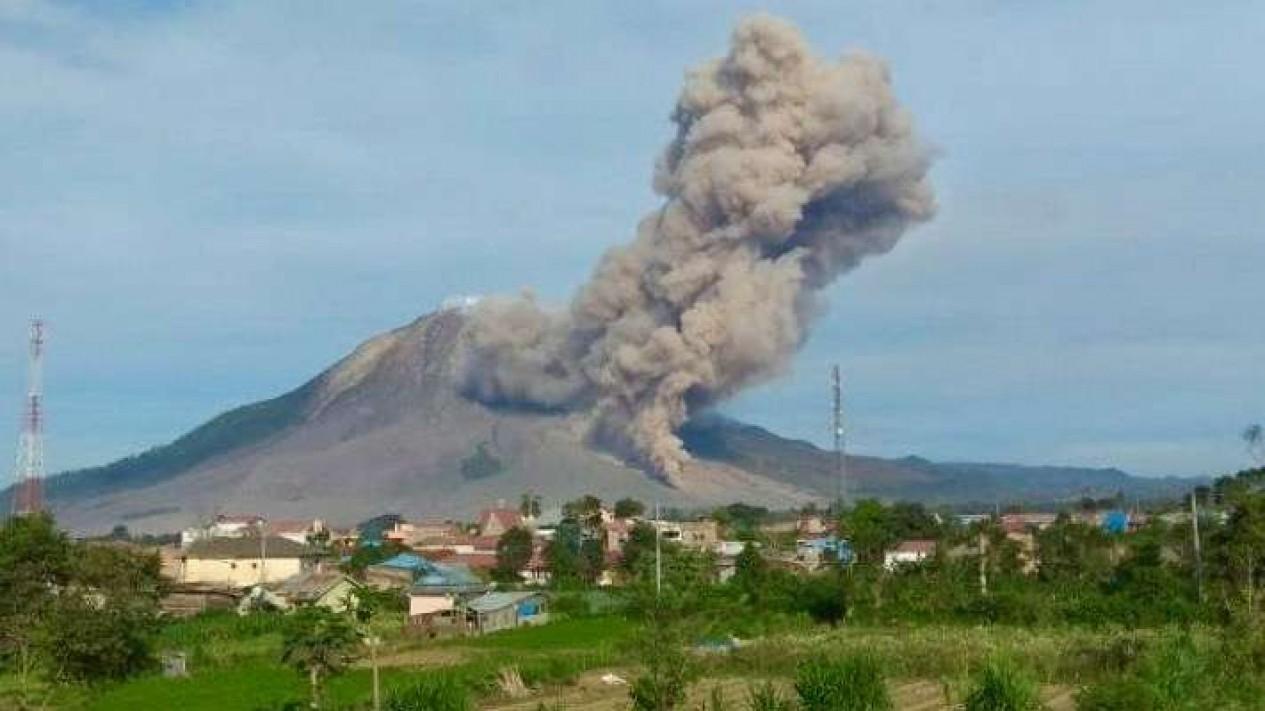 Gunung Sinabung di Kabupaten Karo saati erupsi dan menyemburkan debu vulkanik.
