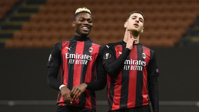 Bek AC Milan, Diogo Dalot (kanan) melakukan selebrasi gol ke gawang Sparta Praha