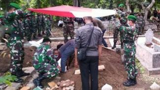 VIVA Militer: Prosesi pemakaman Serda Riman.