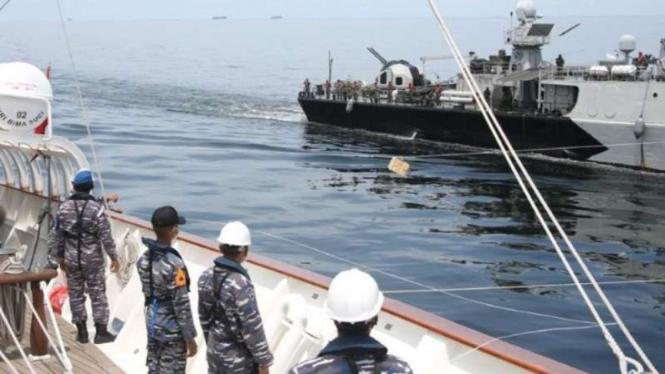 VIVA Militer : Dua kapal perang TNI AL latihan RAS di Selat Malaka