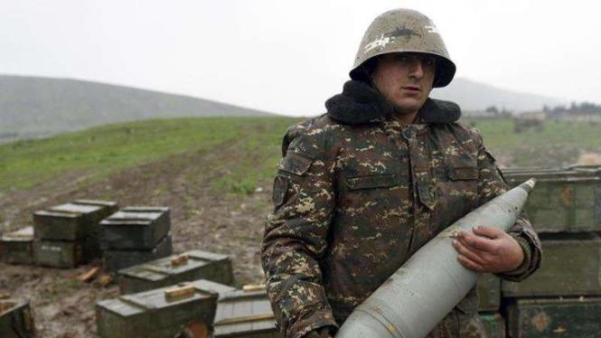 VIVA Militer: Tentara Armenia membawa peluru artileri