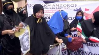 Emak-emak di Medan injak-injak poster Presiden Prancis Emmanuel Macron