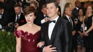 Scarlett Johansson dan Colin Jost.