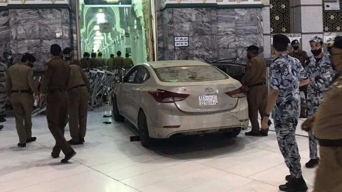Sebuah Mobil Hyundai menabrak gerbang Masjidil Haram Mekkah.