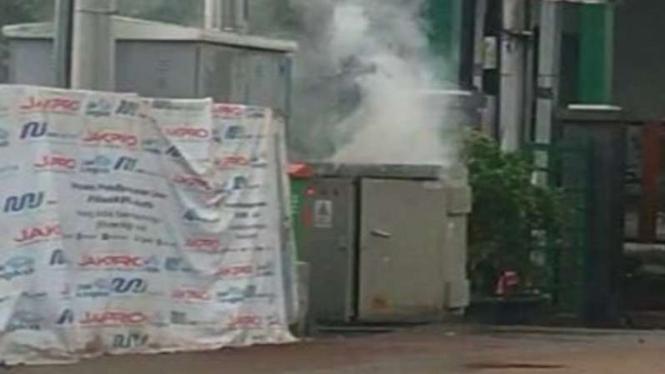 Gardu listrik di Jalan Fatmawati Raya terbakar