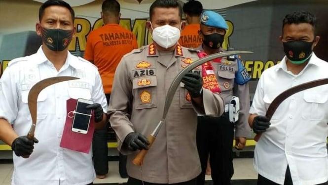 Kapolres Metro Depok, Komisaris Besar Polisi Azis Andriansyah (tengah)