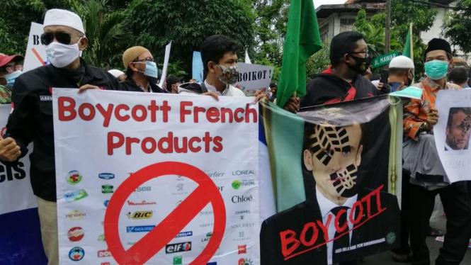 Aksi unjuk rasa beberapa elemen ormas Islam di Konsulat Jenderal Prancis di Surabaya, Jawa Timur, pada Senin, 2 November 2020.