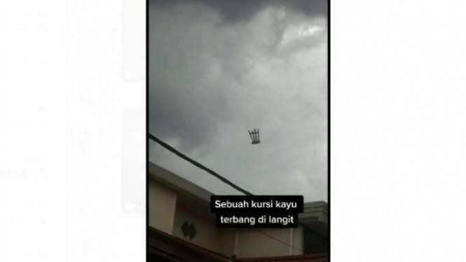 Viral, sebuah kursi melayang-layang di udara.