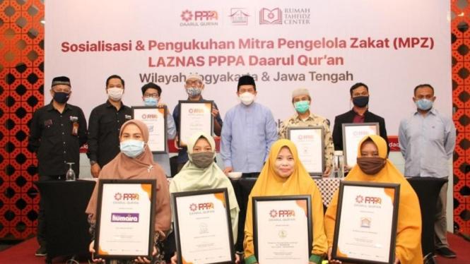 Penyerahan sertifikat dari PPPA Daarul Qur'an kepada MPZ