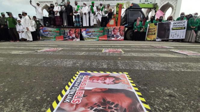 Aliansi ormas islam menggelar unjuk rasa terkait pernyataan Presiden Prancis