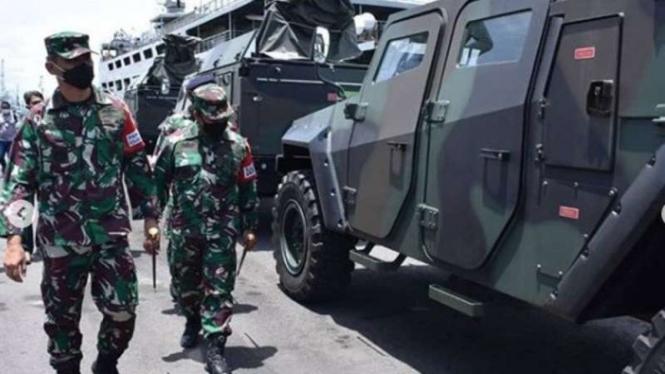 VIVA Militer : Panglima Kolinlamil mengecek embarkasi ranpur ke Kapal Perang