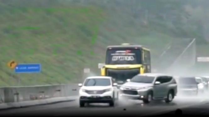 Pajero Sport mengalami selip dan diseruduk bus AKAP