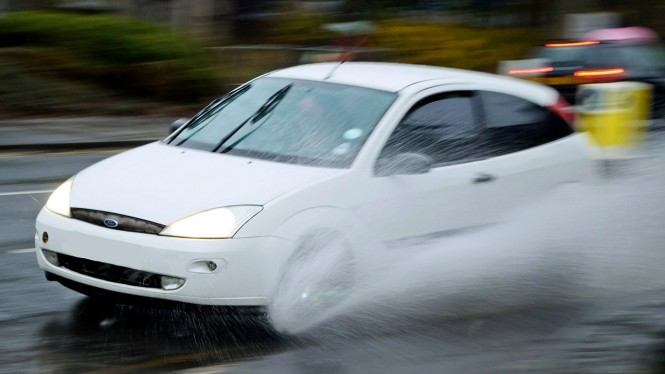 Ilustrasi mobil melintasi genangan air (aquaplaning)