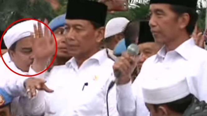 VIVA Militer: Habib Rizieq kejepit Jenderal TNI Wiranto.