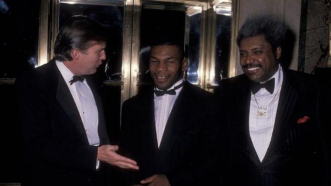 Mike Tyson (tengah) dan Doland Trump (kiri)
