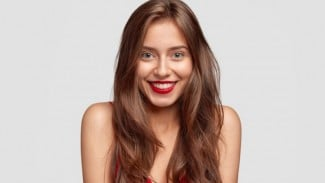 Ilustrasi wanita/rambut berwarna/cat rambut/lipstik merah.
