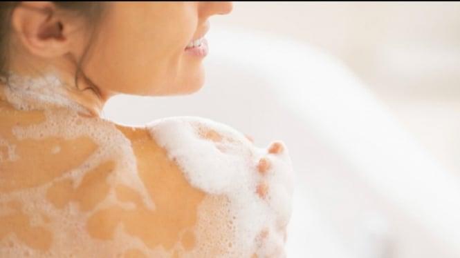 Ilustrasi mandi dengan sabun antiseptik