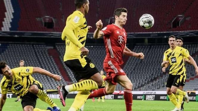 Penyerang Bayern Munich, Robert Lewandowski dikepung pemain Dortmund