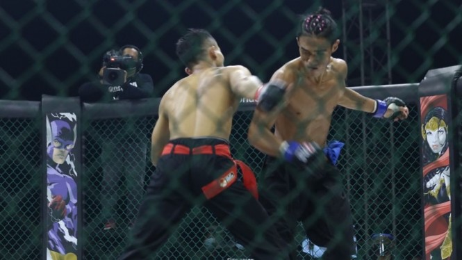 Jimmy Stif Menda (biru) vs Fatkur Rozi di silat bebas One Pride MMA