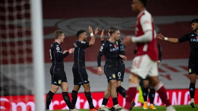 Para pemain Aston Villa merayakan gol ke gawang Arsenal.