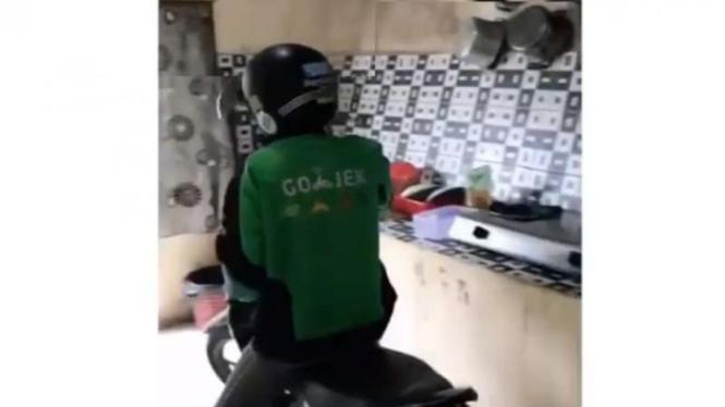 Video konten Ojek Online menjemput penumpang hingga ke dalam rumah.