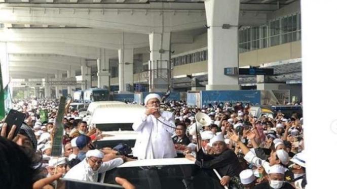 Habib Rizieq Shihab menyapa massa pendukung saat meninggalkan bandara