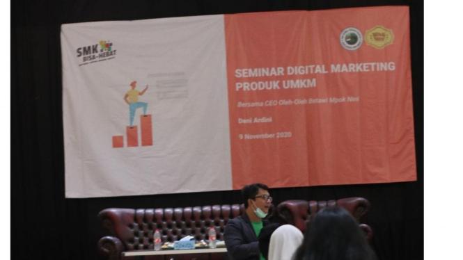 Deni Ardini CEO Oleh-Oleh Bekasi Memaparkan Materi Tentang Digital Marketing di Global Persada Mandiri School Bekasi