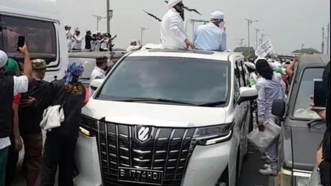 Mobil pengawal Habib Rizieq