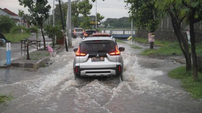 Ilustrasi kendaraan menerabas jalanan yang banjir