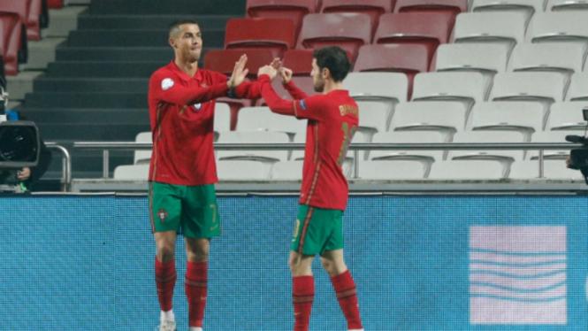 Kapten Timnas Portugal, Cristiano Ronaldo (kiri)
