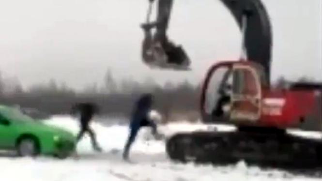 Dua pria memukuli sopir ekskavator