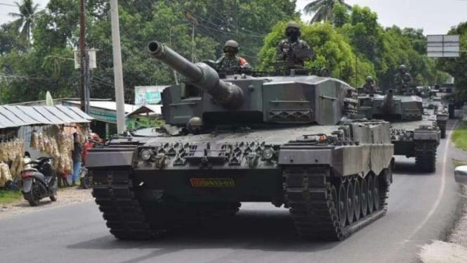 VIVA Militer: Konvoi tank perang Kostrad TNI di Martapura, Sumsel.