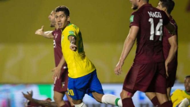 Striker Timnas Brasil, Roberto Firmino rayakan gol ke gawang Venezuela.