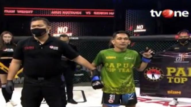 Gideon Manurung menangkan duel versus Agus Rustandi di One Pride MMA.
