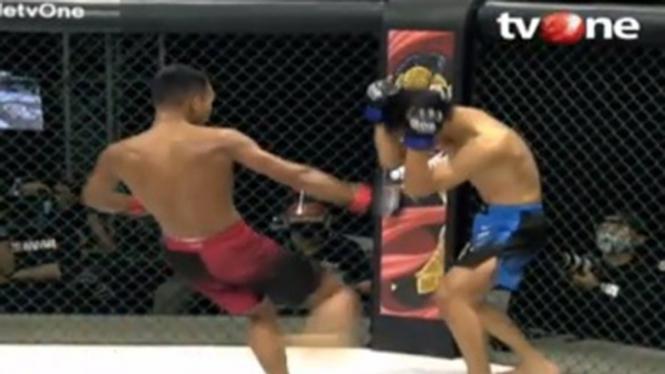 Pertarungan panas Dwi Fitrianto versus Arnold Batubara di One Pride MMA.
