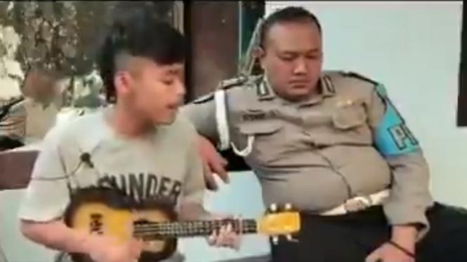 Pengamen kritik penegakan hukum di depan polisi