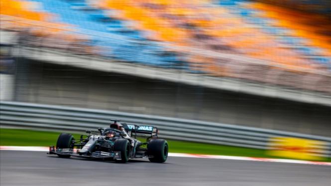Pembalap Mercedes, Lewis Hamilton.
