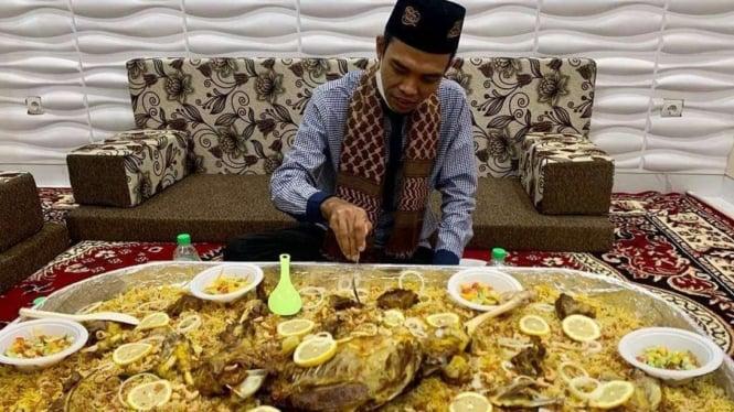 Ustadz Abdul Somad (UAS) lagi makan nasi kebuli dengan wadah yang sangat besar.
