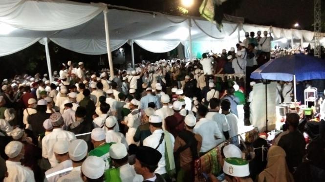 Kerumunan massa saat penyambutan Habib Rizieq dan Maulid Nabi di Petamburan.