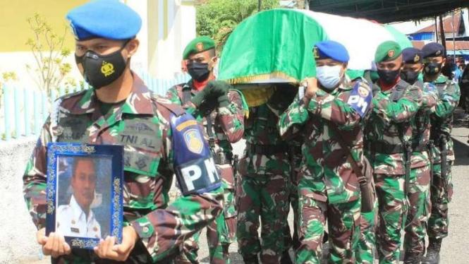 VIVA Militer: Prosesi pemakaman Pelda TNI Amo.