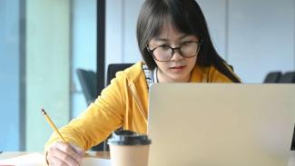 Siswa belajar online.