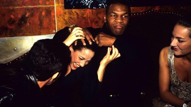 Mike Tyson saat bersama wanita
