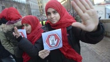 https://thumb.viva.co.id/media/frontend/thumbs3/2020/11/19/5fb5bafc59c79-pengadilan-cabut-larangan-jilbab-di-sekolah-swedia_375_211.jpg