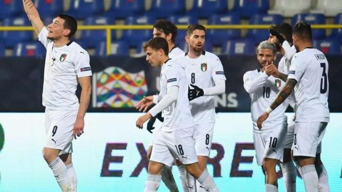 Para pemain Italia merayakan gol